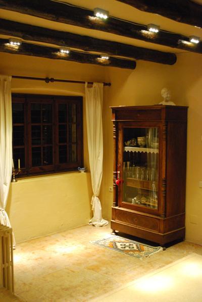 Detalle iluminación en casa rústica