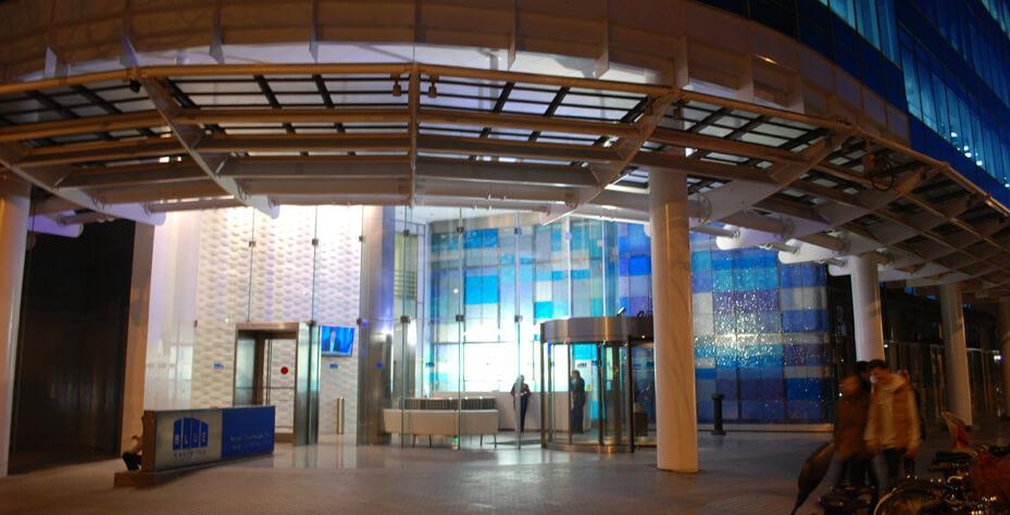 Iluminación exterior: Blue Builiding