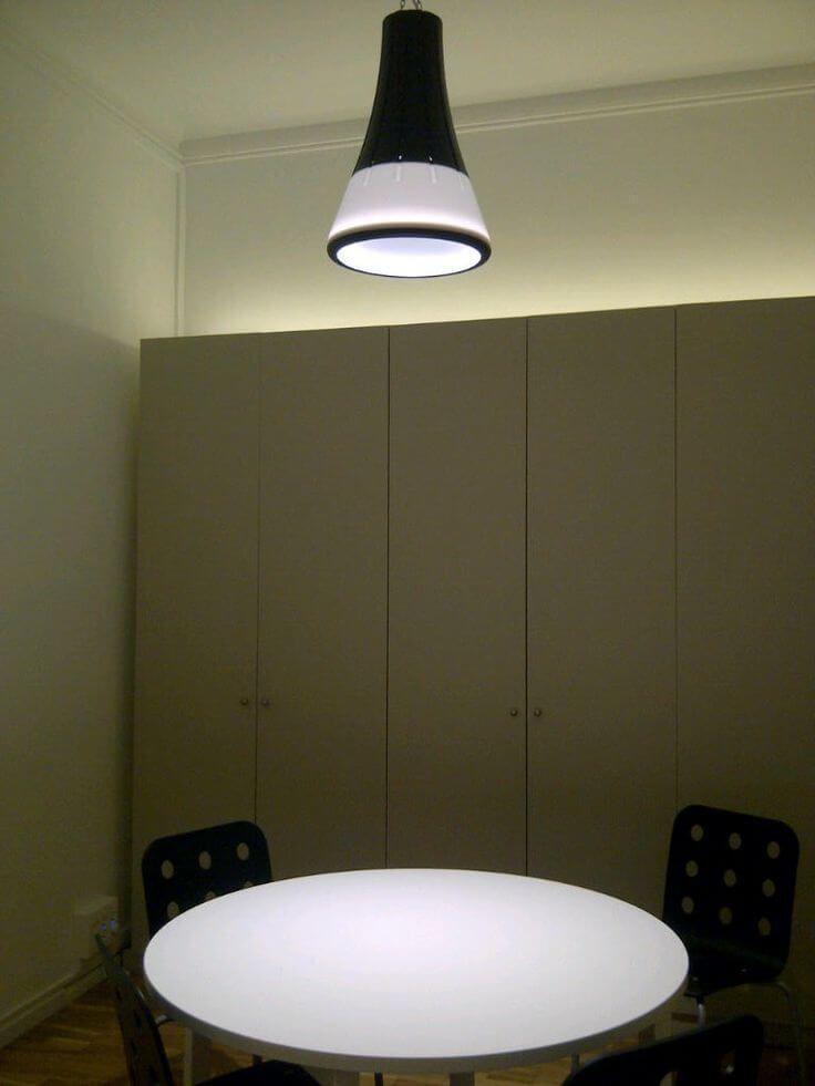 Decoración con iluminación en oficina